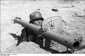 300px-Bundesarchiv_Bild_101I-671-7483-29,_Reichsgebiet,_Soldat_mit_Panzerabwehrwaffe.jpg