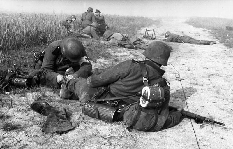 Bundesarchiv_Bild_101I-054-1531-11,_Frankreich,_erste_Hilfe_für_Verwundeten.jpg
