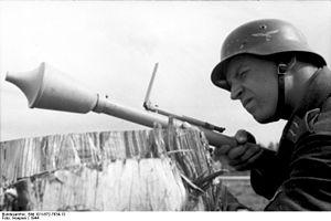 Bundesarchiv_Bild_101I-672-7634-13,_Russland,_Luftwaffensoldat_mit_Panzerabwehrwaffe.jpg
