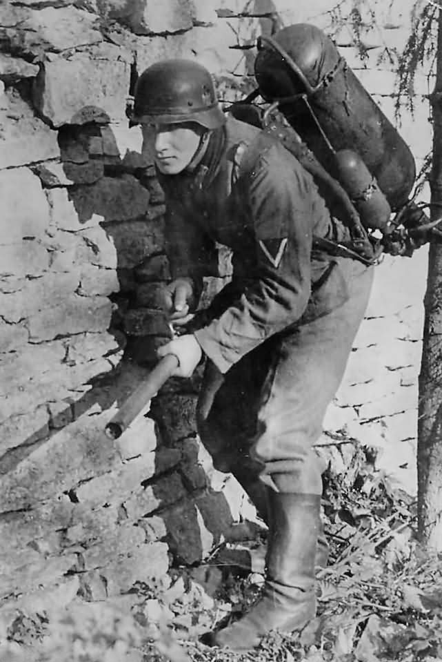 German_Soldier_with_Flamethrower_Somewhere_in_Russia_1941.jpg