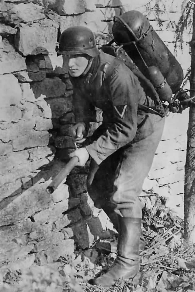German_Soldier_with_Flamethrower_Somewhere_in_Russia_1941.jpg