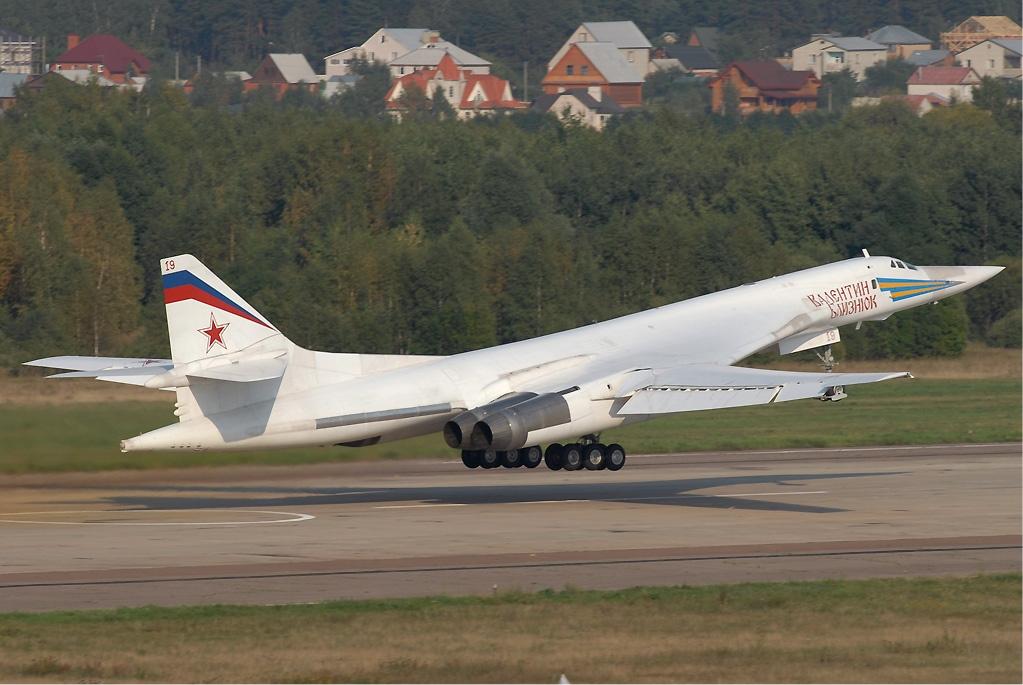 Tu-160_at_MAKS_2007.jpg