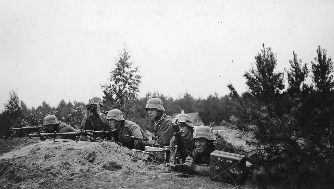 wehrmacht_soldiers_with_a_machine_gun_MG_34_and_mortar.jpg